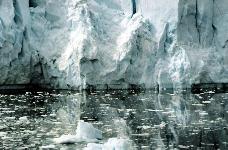 World Travel Photos :: Ice and Water :: Antarctica. Reflection