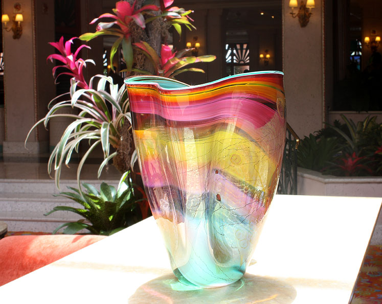 World Travel Photos :: Bahamas :: Nassau. A vase in Hotel Atlantis