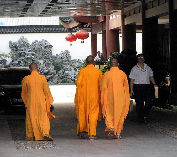 World Travel Photos :: Colors - Jaune :: China. Monks
