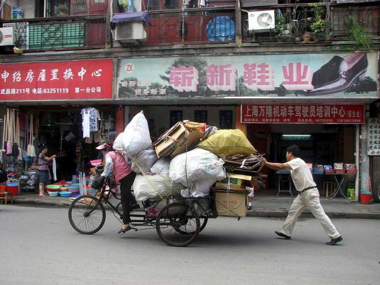 World Travel Photos :: Fragments of life :: Shanghai. Carryng the load
