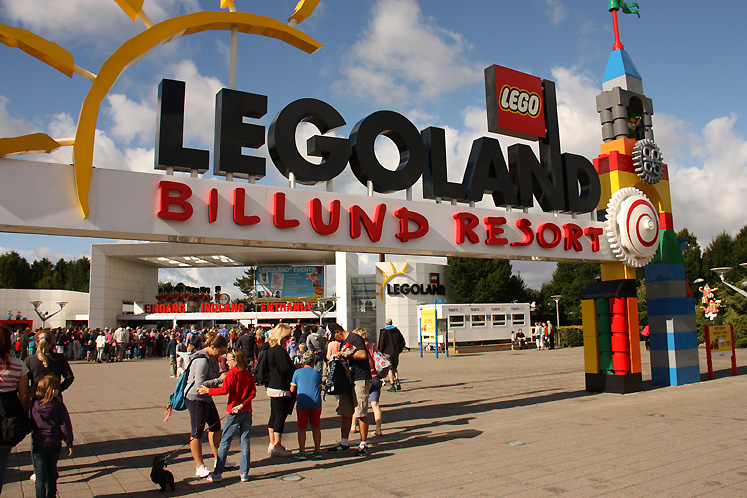World Travel Photos :: visitor :: Billund. Legoland - an entrance to the park