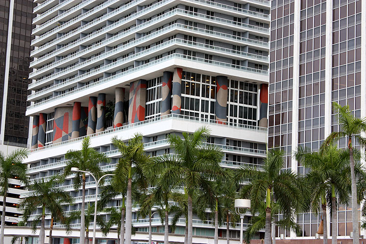 World Travel Photos :: Interesting unusual buildings :: Miami. A building with colorful columns at the dowtown