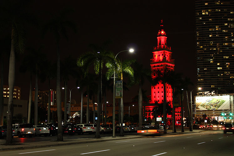 World Travel Photos :: Night views :: Miami - a lighted building in downtown at night
