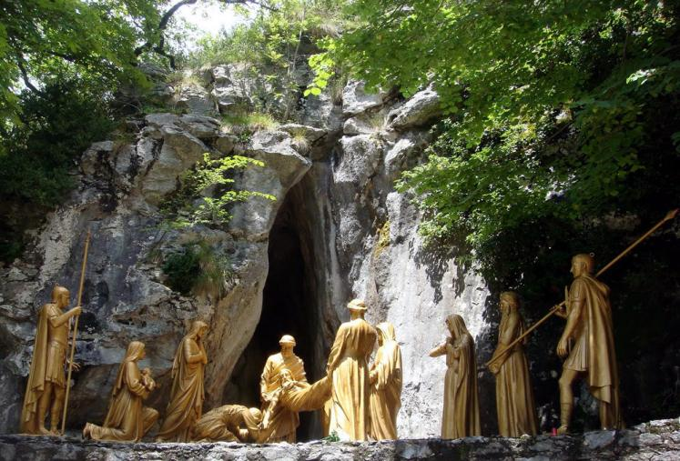 World Travel Photos :: France - Lourdes :: Lourdes. 14th Station: Jesus is laid in the tomb