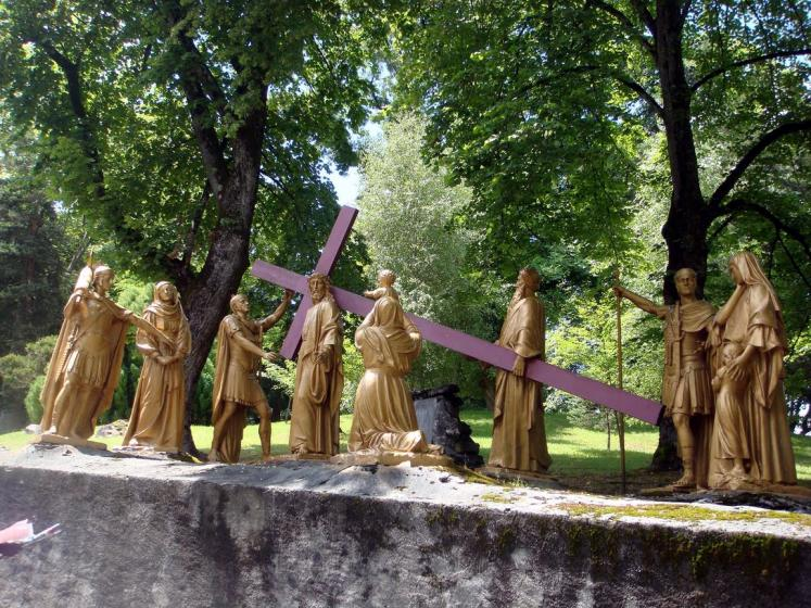 World Travel Photos :: France - Lourdes :: Lourdes. Way of the Cross -  8th Station: Jesus meets the pious women of Jerusalem