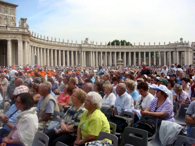 World Travel Photos :: Italy - Vatican :: Vatican. People are waiting for the audience with the pope