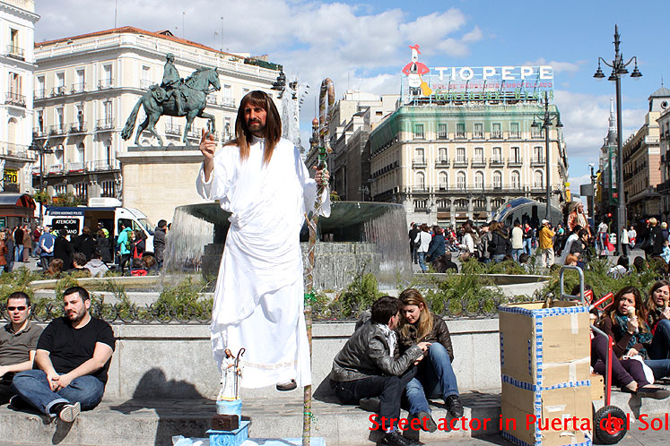 World Travel Photos :: Spain - Madrid :: Madrid. Street actor at Puerta del Sol