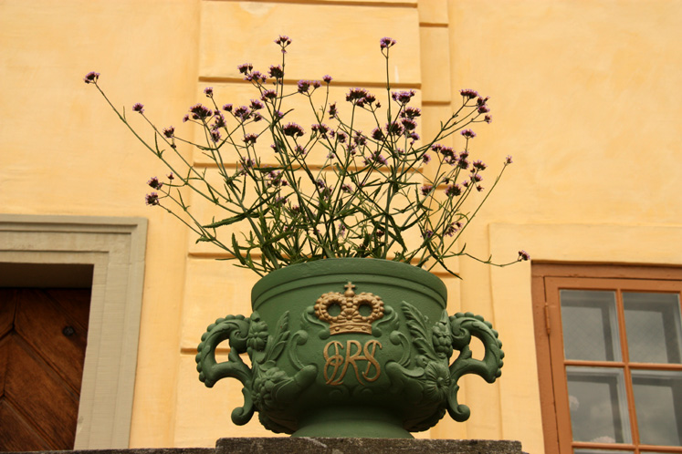 World Travel Photos :: visitor :: A flower pot at the Drottningholm Palace