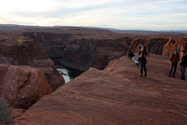 World Travel Photos :: USA - Arizona - Horseshoe Bend :: Arizona. Horseshoe Bend - people are waiting for the sunset