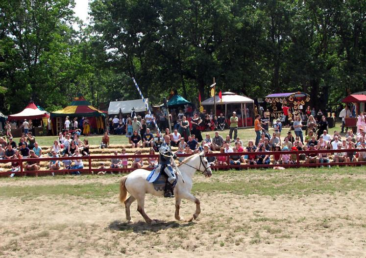 World Travel Photos :: USA - Michigan - Renaissance Festival  :: Michigan. Renaissance Festival - call for fight